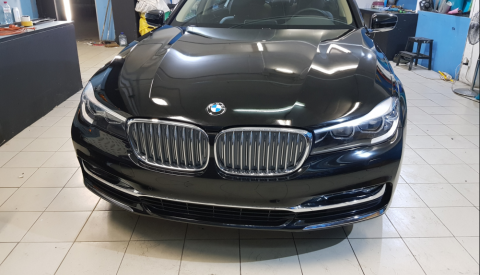 Оклейка BMW 7 пленкой Oracal 970 black gloss